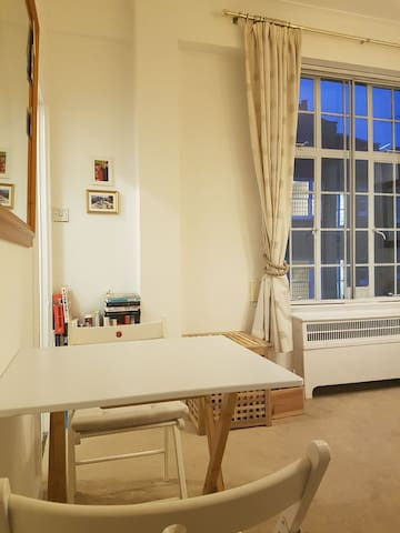 Cosy, bright studio flat in W1