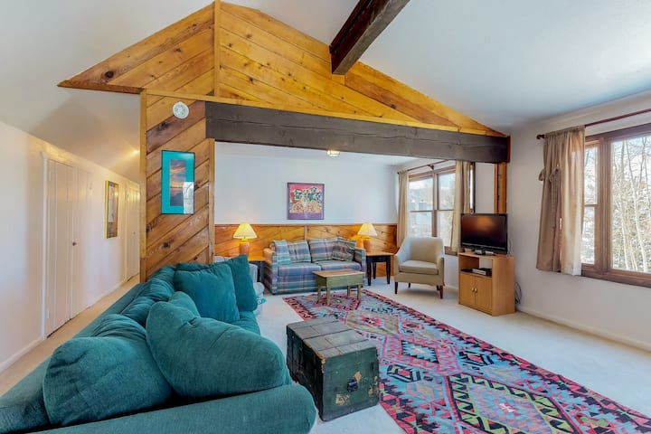 Rustic condo w/shared hot tub/pool, great location near ski resorts