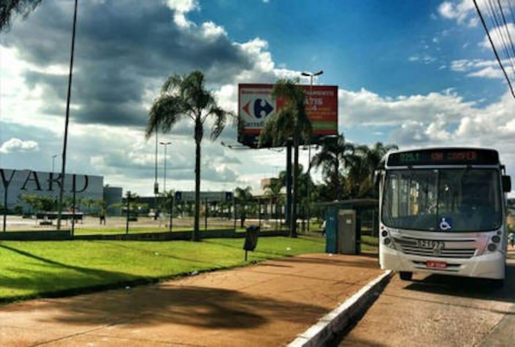 Parada de onibus enfrente: avenida w3/bustop at entrance w3 Av.