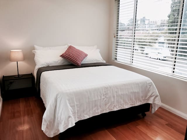 Bright room near a Quiet Beach, Airport & Hospital - Kogarah - Maison