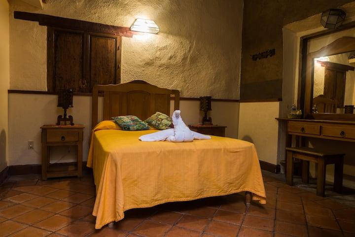 HotelDelCallejón Hab1; Centro de Morelia, wifi, tv