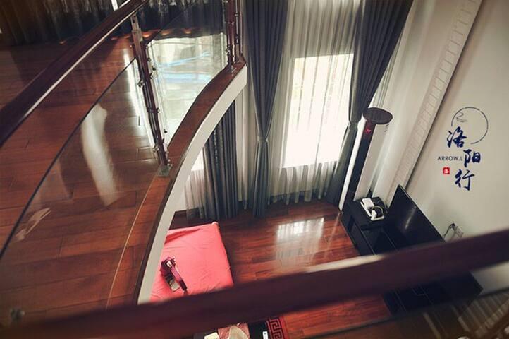 从二楼俯视一楼客厅