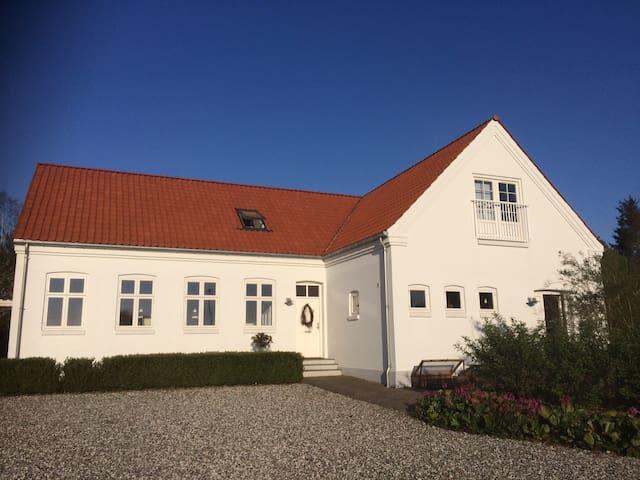 Skøn stor villa på landet tæt på Århus - Hovedgård - Rumah