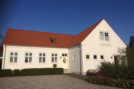Skøn stor villa på landet tæt på Århus - Hovedgård - Huis