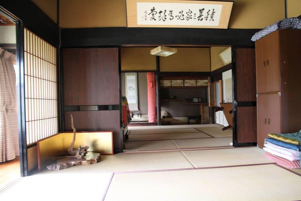 寝室は広めの八畳間2部屋。昔ながらの和室です