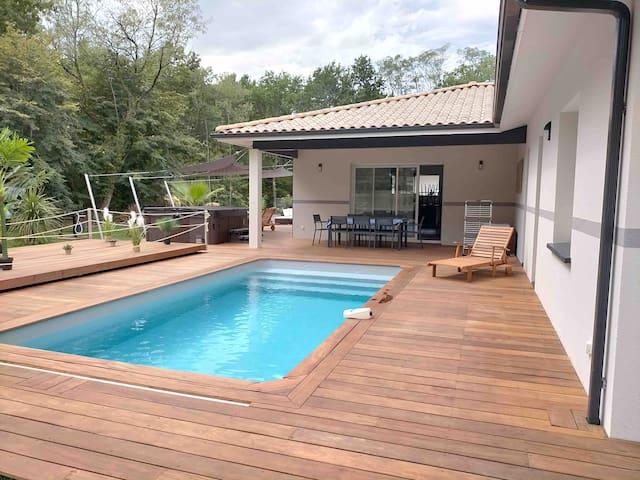 Maison neuve avec piscine et jacuzzi vous attend