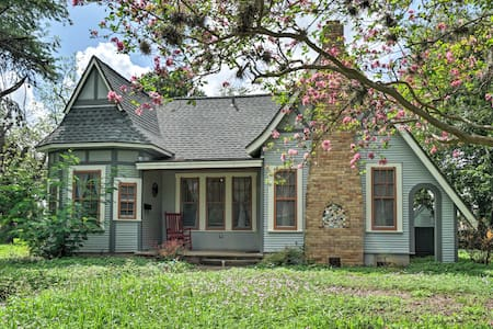 Adorable Seguin Home w/ Porch, 1 Mi to Downtown!