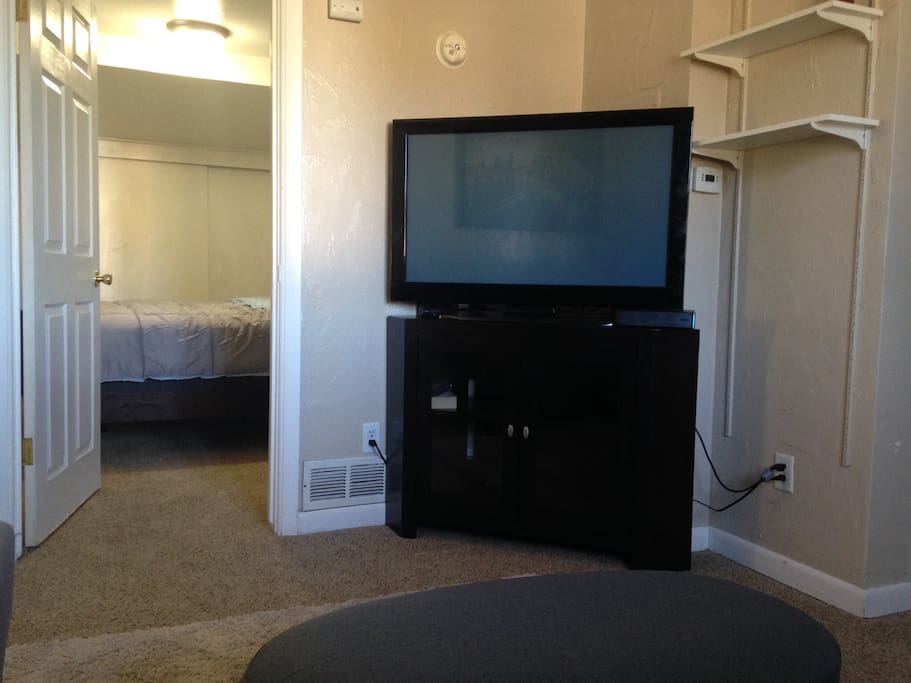 40 inch TV with high speed Comcast Cable and WIFI