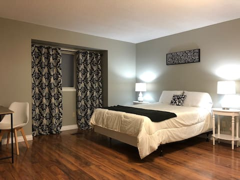 Western Gates - Over Sized Bedrooms - Upper Unit