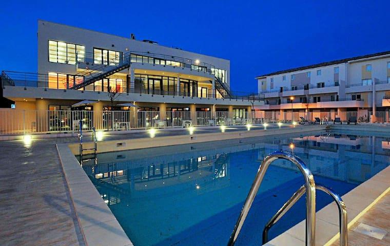 Unique bâtiment accueil piscine