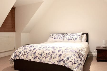 Private loft room, own lounge, bathroom & access - Great Linford - House