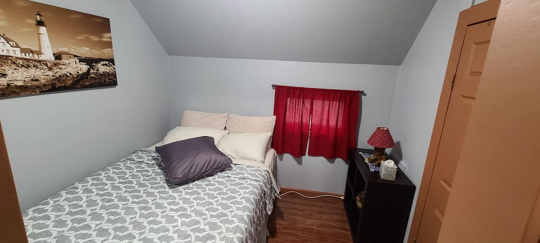 Queen size bed. Comes with all the basic linen.