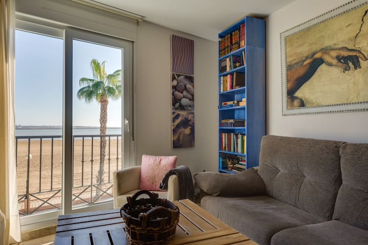 Luxury apartment to 10 meters of the sea + wifi.