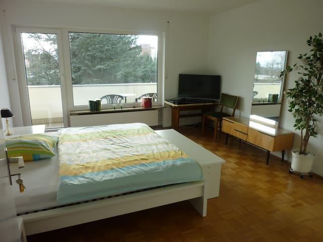 Ruhiges, helles Zimmer mit Balkon