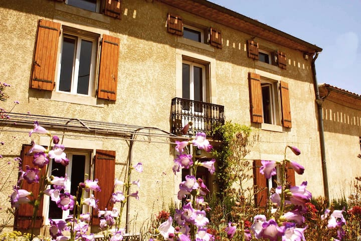 Sunny 18C Farmhouse with pool + garden sleeps 8 - Bellegarde-du-Razès - Casa