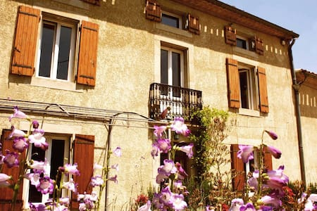 Sunny 18C Farmhouse with pool + garden sleeps 8 - Bellegarde-du-Razès - Haus