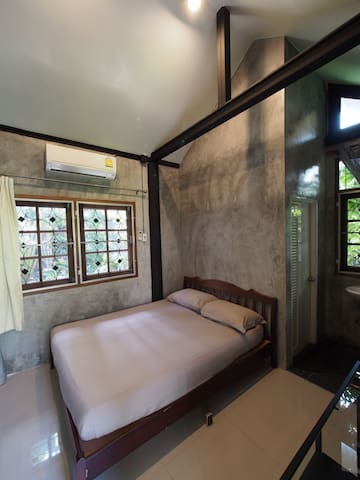 Queen size bed with garden view