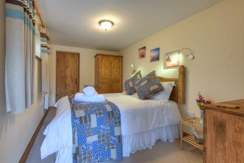 Secluded cottage, stunning views & 10mins from A30