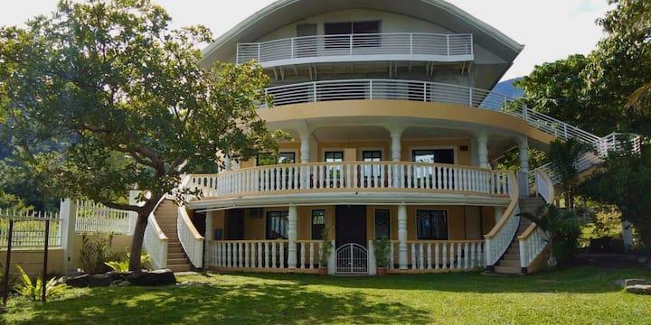 """Kinghorn Garden House """"Sea-esta"""" Room"""