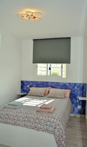 Villa Sitges Maria: In the outdoor study at the end of the garden, a magnificent room with a very comfortable and high quality 160 * 200 double bed. Air conditioning in the studio.