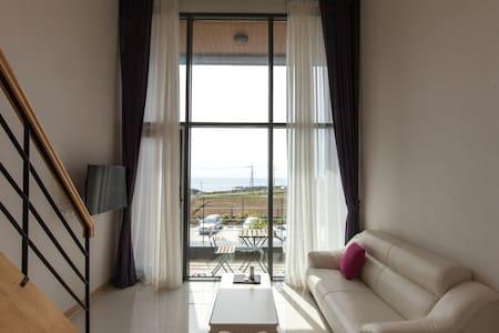 최대 5인까지 숙박 가능한 복층 객실 제이라움(스카이 오션) *할인행사 진행 중* - Daejeong-eup, Seogwipo-si