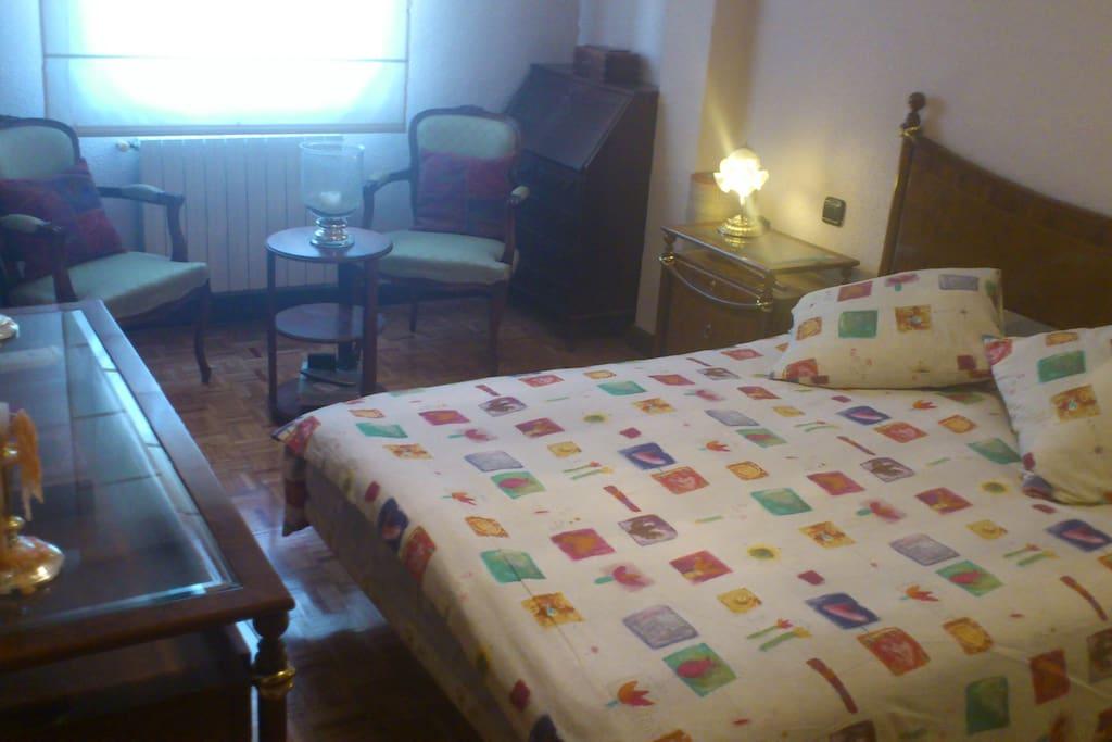 habitación muy amplia y luminosa