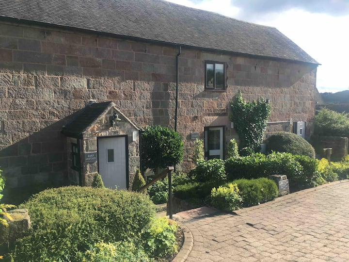 Barn Cottage in hotel grounds, cosy stay, Derbys