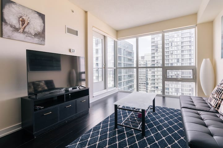 Gorgeous 1 Bedroom Condo In Heart Of Square One