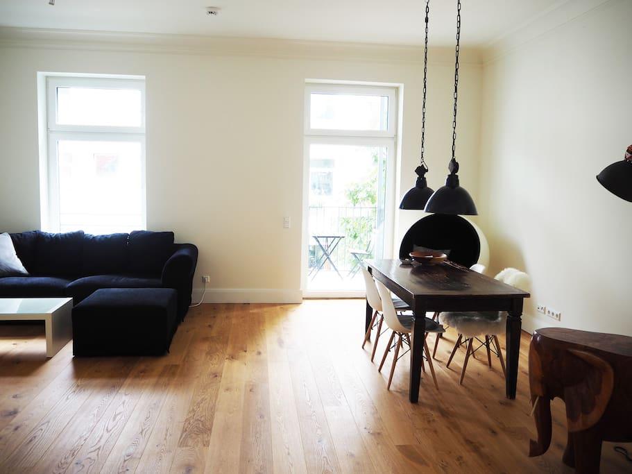 Wohnzimmer / Essbereich mit Balkon