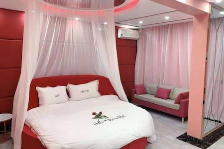红色浪漫主题日租房