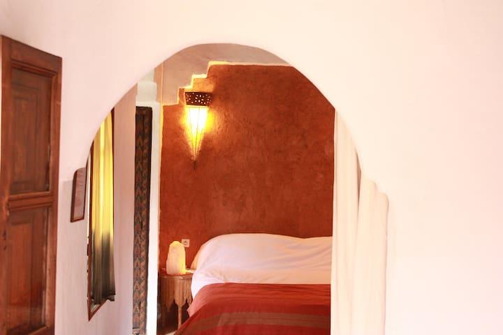 Chambre sable donnant sur le patio - Hôtel Ouzoud