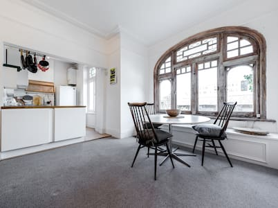 Spacious 2 Bed 2 Bath, w/ links to Central London - London - Apartemen