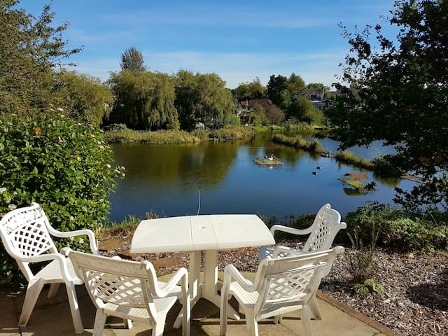 Lake side family home, great views, near M60 - Manchester - Huis
