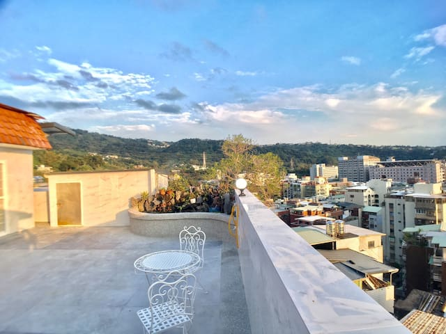 Tianmu newly renovated 3BR, 3Bathrooms Hug balcony