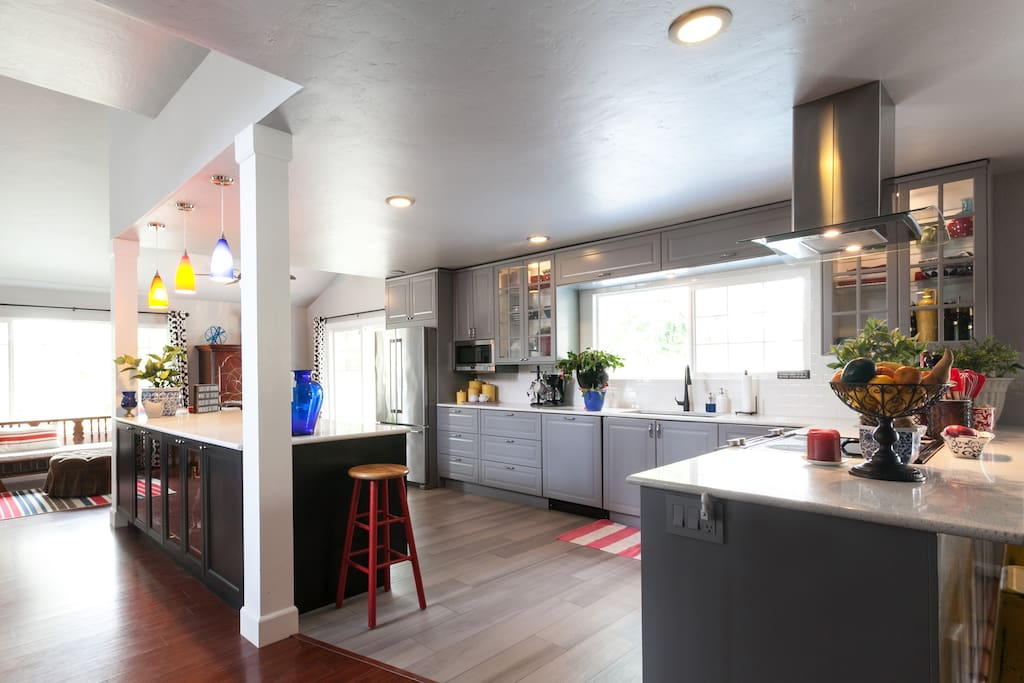 LARGE OPEN KITCHEN WITH BREAKFAST NOOK AND 2 LARGE ISLANDS (7 BARSTOOLS)
