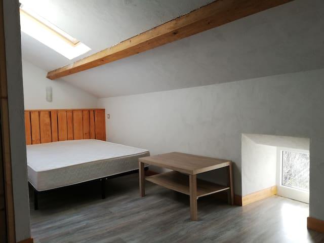 Chambre. Literie neuve. Couette, oreillers et draps neufs dispo