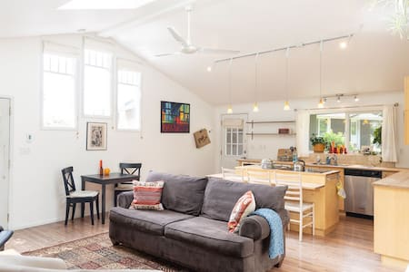 Cozy Bright Contemporary Cottage (long stays, too)