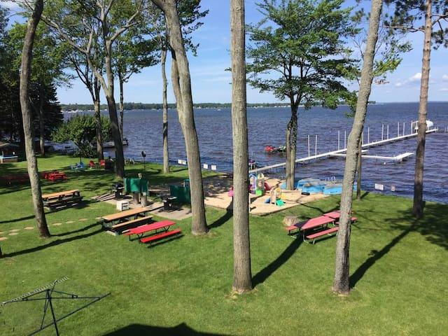 Beautiful lakefront cottage getaway sleeps 6