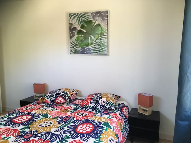 Chambre 2 de 15 m2, lit double 160/200 et lit simple 90/190.