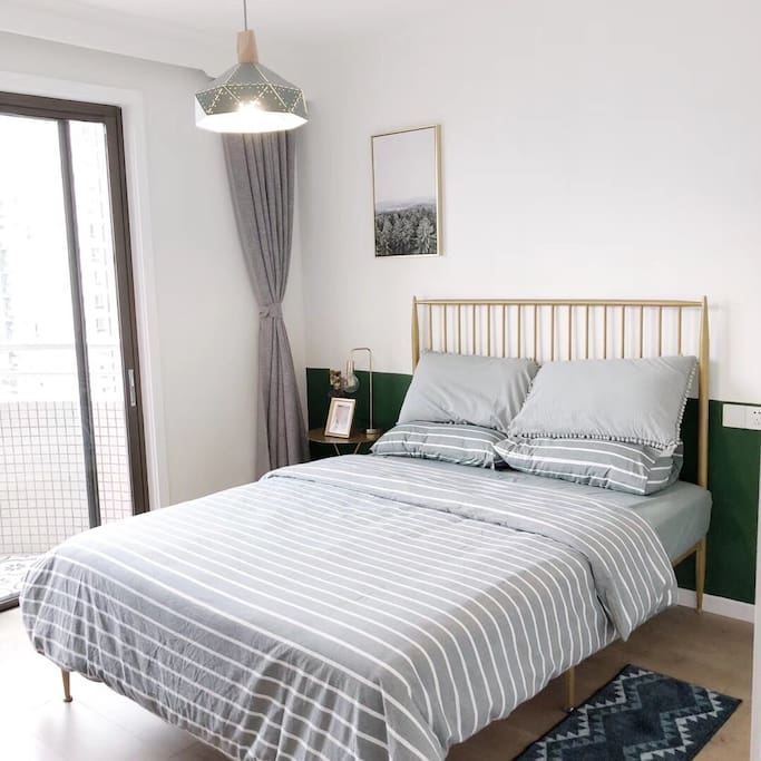 纯棉床品、高级弹簧床垫,助您好眠。高楼层阳台拥有无敌视野,欣赏成都市中心夜景~