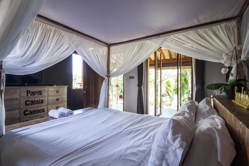 Breezy room with four poster bed.