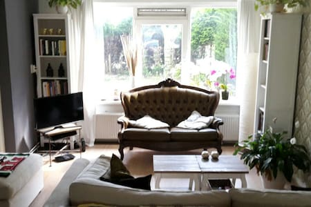 Private room with own entrance and free parking - Ámsterdam