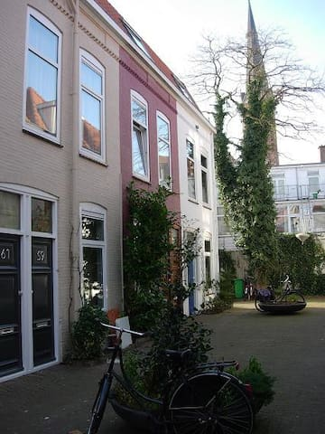Cosy apartment on small square..central location
