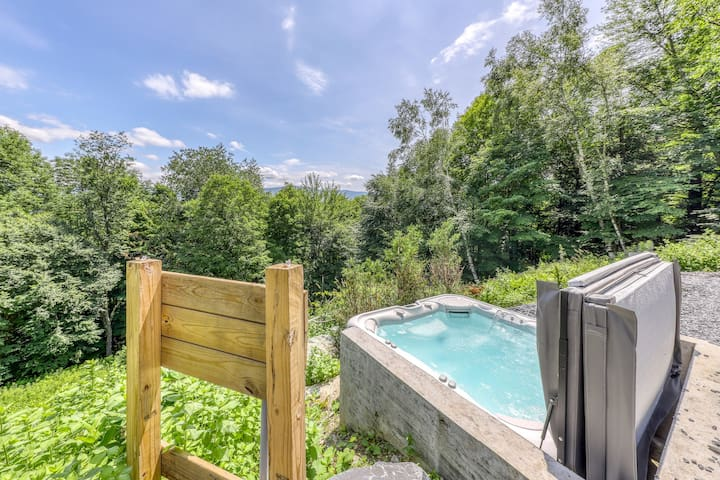 Mountain townhouse w/shared hot tub, private gas grill & deck - wonderful views!