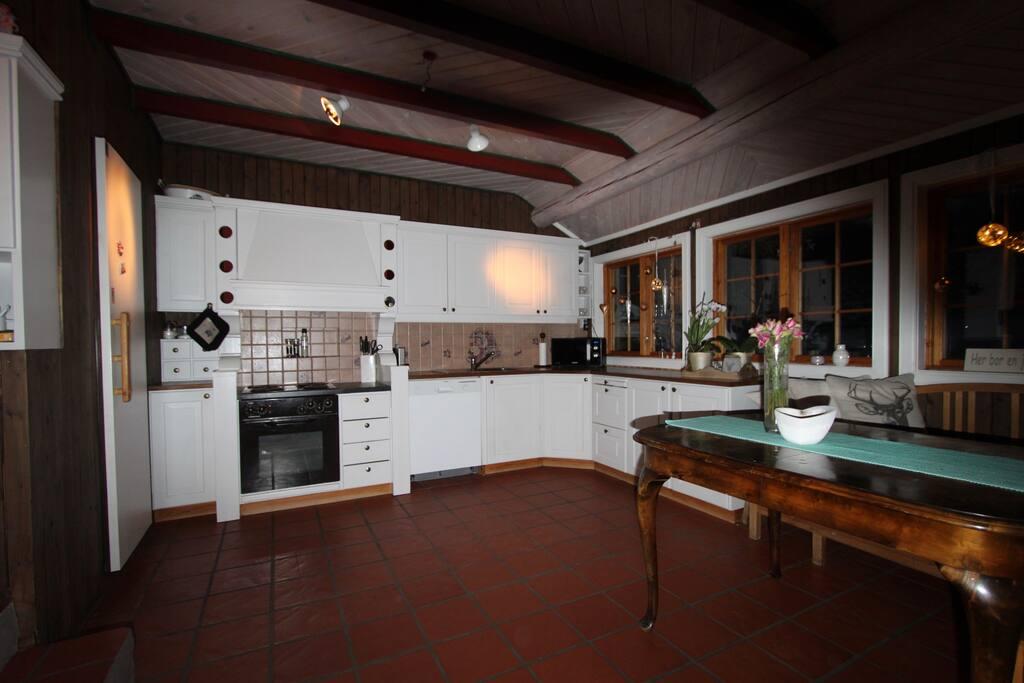 Kjøkken med god plass til matlaging.