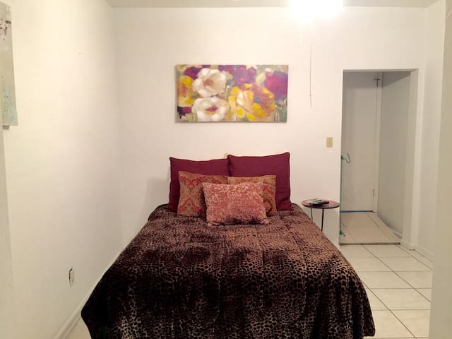 WELCOME HITS! Spacious 1BR/1BA Apt - Reddick - Flat