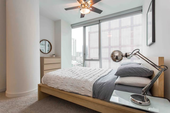 Luxury River 1bed + bath, steps to the Loop!