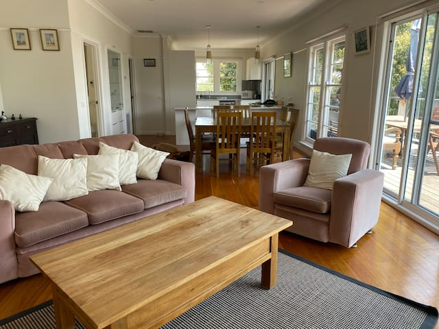 McCrae: 5 minute walk to the beach with bay views