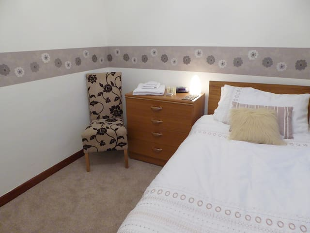 Traditional Granite House with single / twin room - Aberdeen
