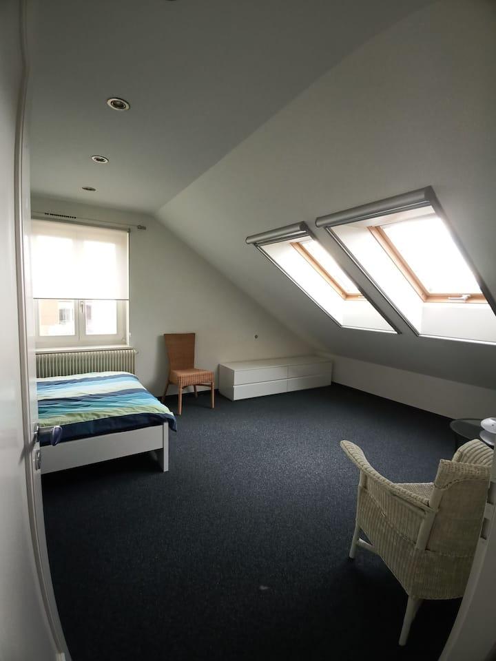 Gemütliches Dachzimmer mit Sicht auf Alpenkette